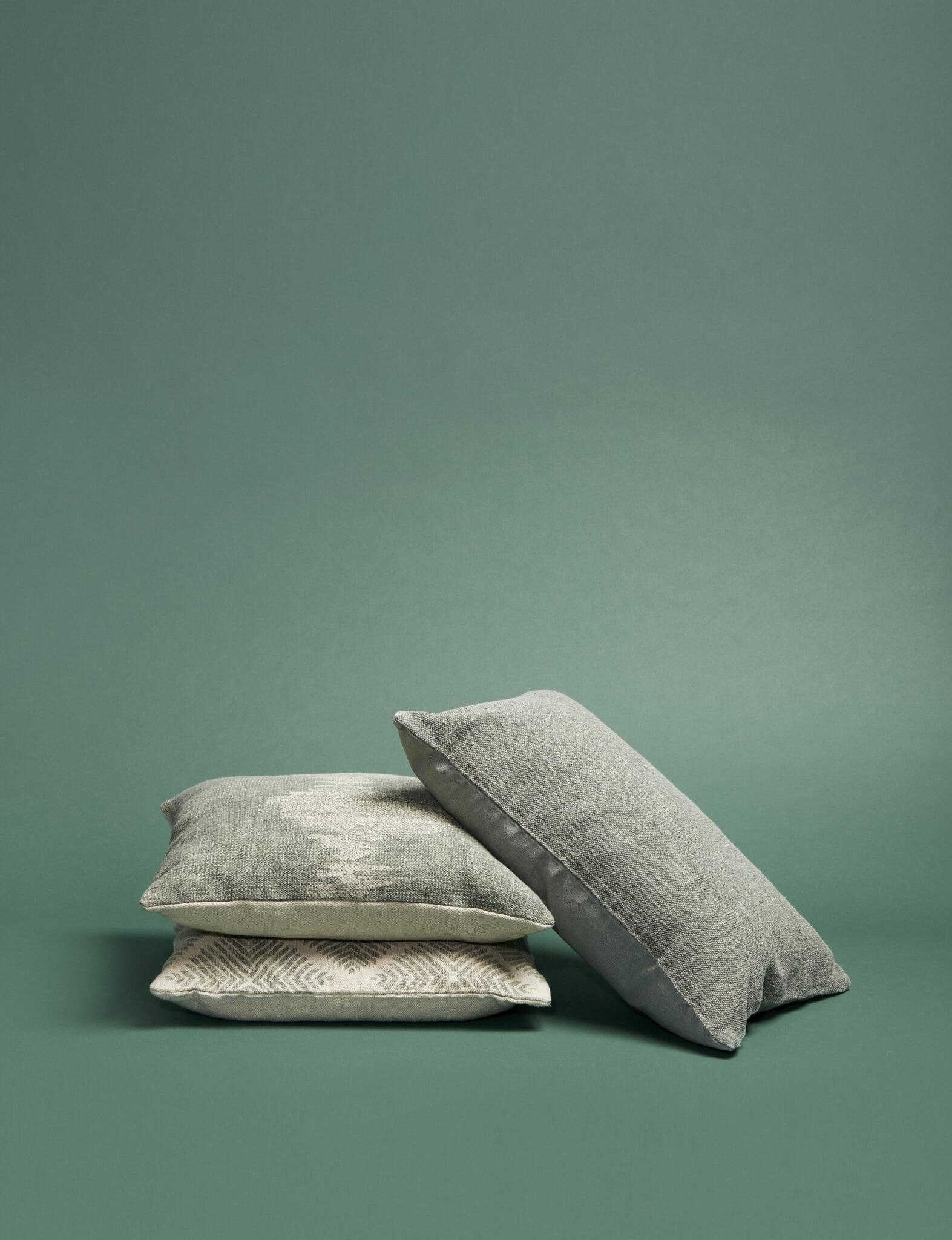 Bílý polštář se zeleným potiskem